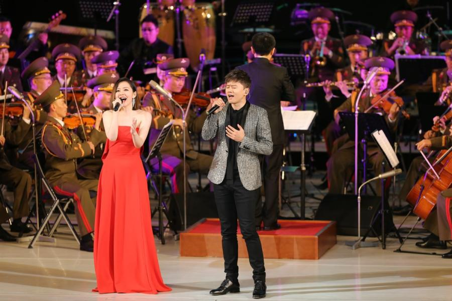 Chinese singers Zhang Liangying (L) and Zhang Jie perform during a joint performance presented by literary and art workers from China and Democratic People\'s Republic of Korea (DPRK), in Pyongyang, DPRK, on Nov. 3, 2018. (Photo/Xinhua)