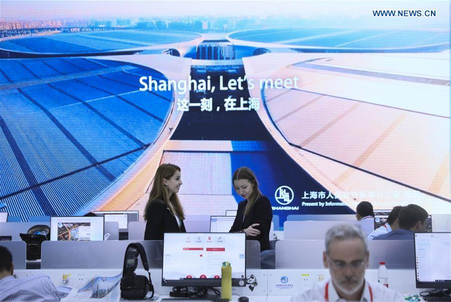 Journalists chat at the media center of the first China International Import Expo (CIIE) in Shanghai, east China, Nov. 5, 2018. The first CIIE opened here on Monday and has drawn much attention from domestic and international media. (Xinhua/Lan Hongguang)