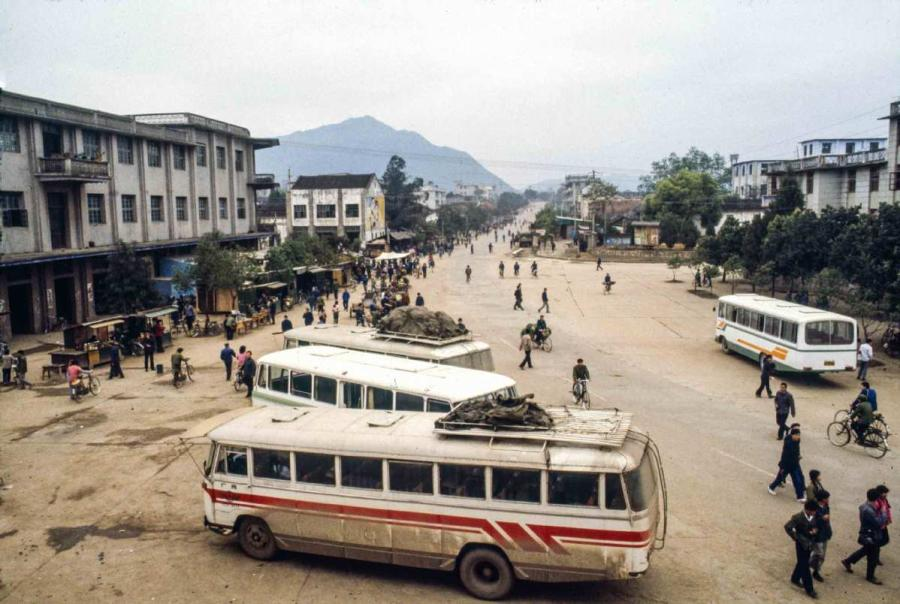 A bus stop from Wuzhou to Yangshuo.  (Photo by Jamie Fouss/provided to chinadaily.com.cn)