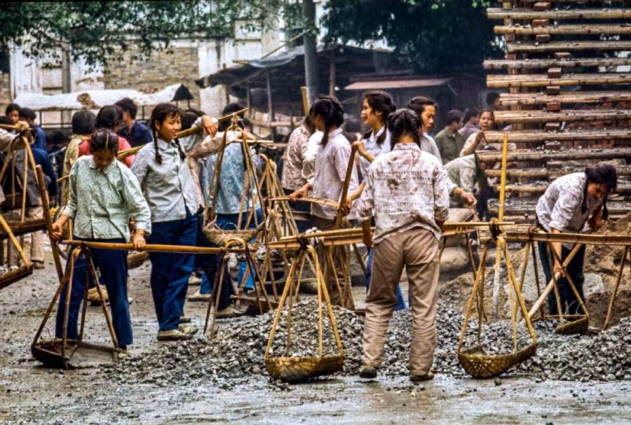 The ladies were making a building with simple machines in Yangshuo, South China\'s Guangxi Zhuang autonomous region. They carried the rocks upstairs, and made the walls. The ladies worked very hard. (Photo by Jamie Fouss/provided to chinadaily.com.cn)