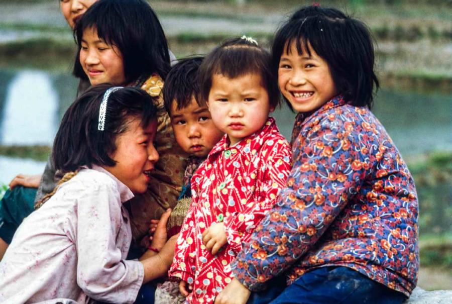 Curious kids in Yangshuo, South China\'s Guangxi Zhuang autonomous region. (Photo by Jamie Fouss/provided to chinadaily.com.cn)