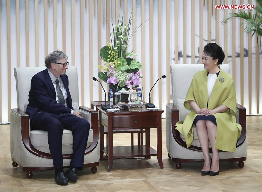 Peng Liyuan (R), wife of Chinese President Xi Jinping and World Health Organization (WHO) goodwill ambassador for tuberculosis and HIV/AIDS, meets with Bill Gates, co-chair of the Bill & Melinda Gates Foundation, in Shanghai, east China, Nov. 5, 2018. (Xinhua/Xie Huanchi)