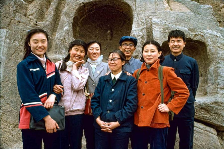 Sun Yuzhen (second from left) and her colleagues pose for a photo at Longmen Grottoes in Luoyang, Central China\'s Henan Province, in 1984. (Photo by Jamie Fouss/provided to chinadaily.com.cn)