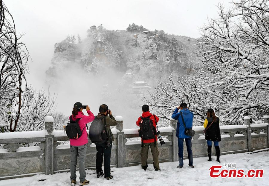 Tourists and photographers visit Kongtong Mountain after snow in Pingliang city, northwest China's Gansu Province, November 5, 2018.(Photo: China News Service/Xu Zhenhua)