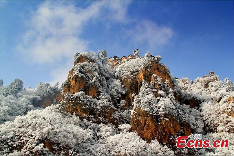 Photo taken on November 5, 2018 shows a view of the snow-covered Kongtong Mountain in Pingliang city, northwest China\'s Gansu Province.(Photo: China News Service/Xu Zhenhua)