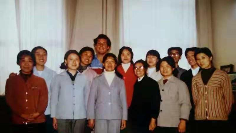 Jamie Fouss poses for a photo with Sun Yuzhen and her colleagues at the carpet factory in 1984. (Photo by Jamie Fouss/provided to chinadaily.com.cn)