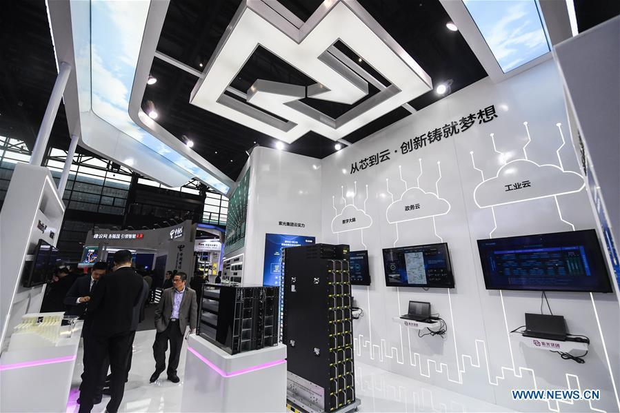 An exhibitor shows cloud technology solutions at the Light of Internet Expo of the fifth World Internet Conference in Wuzhen Township of Tongxiang, east China\'s Zhejiang Province, Nov. 6, 2018. Opening here on Tuesday, the exposition focuses on the world\'s most recent internet development trends and cutting-edge technologies, showing the latest internet technologies, achievements, products and applications of more than 430 enterprises and institutions from home and abroad. (Xinhua/Xu Yu)