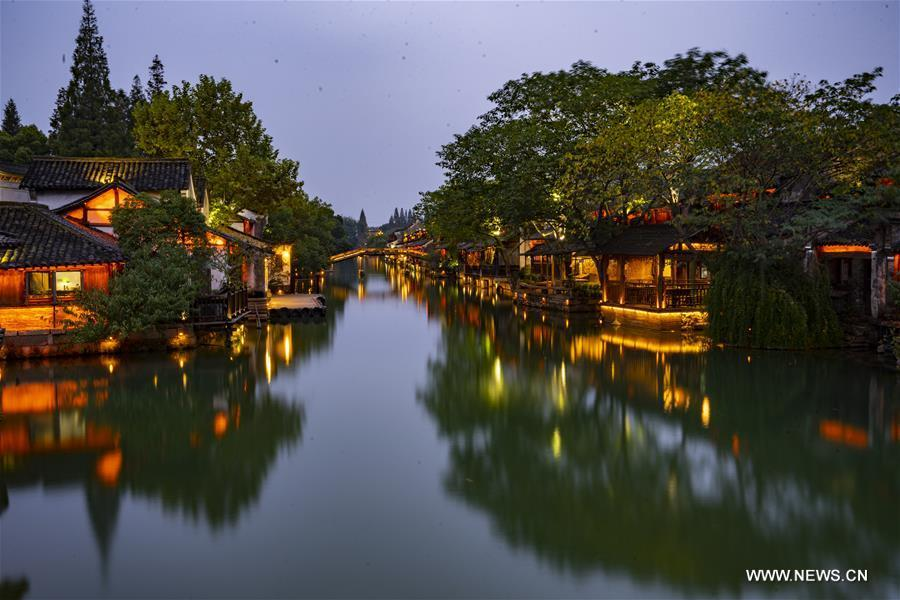 Photo taken on Nov. 6, 2018 shows the night scenery of Wuzhen, east China\'s Zhejiang Province. The fifth World Internet Conference (WIC) is scheduled to run from November 7-9 in the river town of Wuzhen. (Xinhua/Cai Yang)