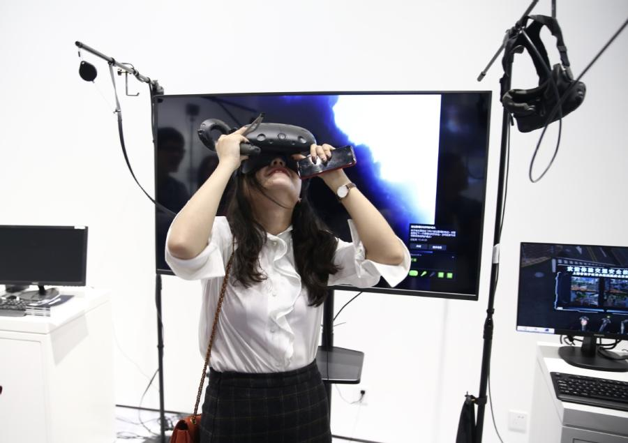 A visitor experiences 3D VR technology at Jiaxing Science and Technology City in Jiaxing.  (Photo/China Daily)