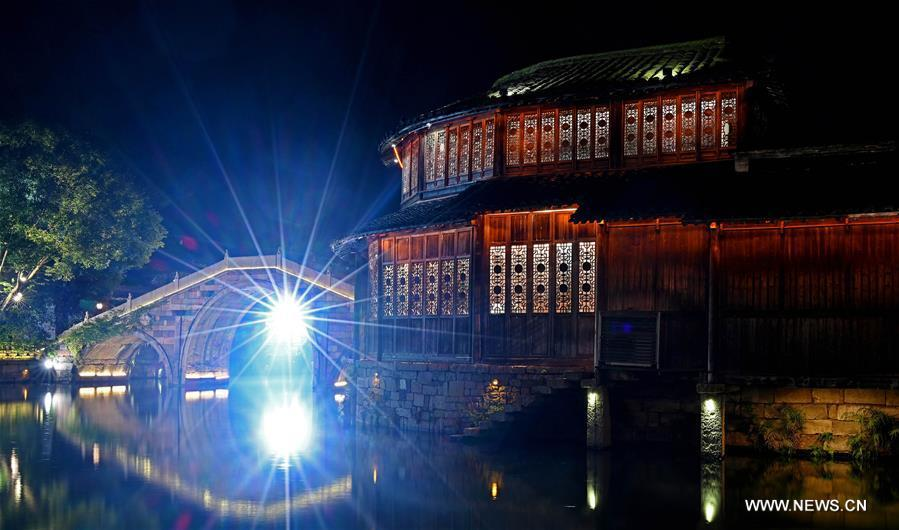 Photo taken on Nov. 6, 2018 shows the night scenery of Wuzhen, east China\'s Zhejiang Province. The fifth World Internet Conference (WIC) is scheduled to run from November 7-9 in the river town of Wuzhen. (Xinhua/Chen Yehua)