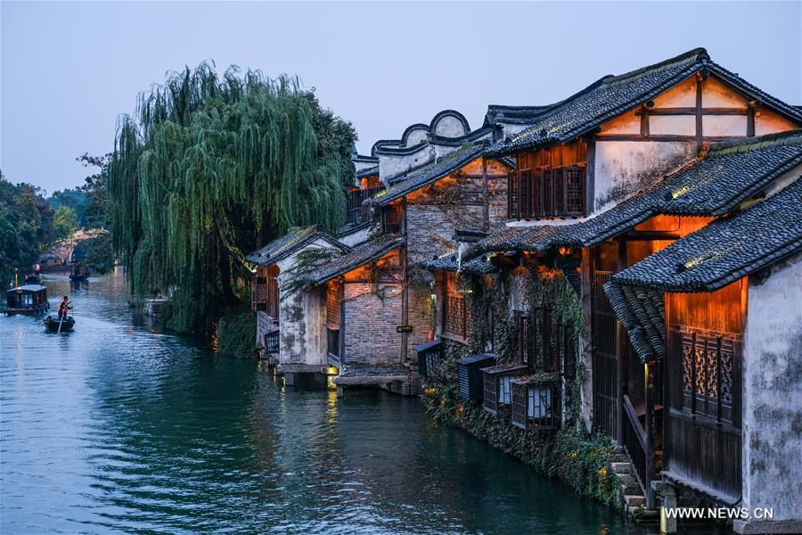 Photo taken on Nov. 6, 2018 shows the night scenery of Wuzhen, east China\'s Zhejiang Province. The fifth World Internet Conference (WIC) is scheduled to run from November 7-9 in the river town of Wuzhen. (Xinhua/Xu Yu)
