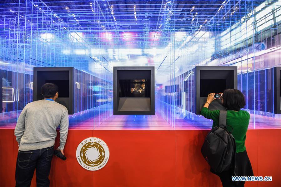 Visitors look at digitized cultural relics via a 3D display system at the Light of Internet Expo of the fifth World Internet Conference in Wuzhen Township of Tongxiang, east China\'s Zhejiang Province, Nov. 6, 2018. Opening here on Tuesday, the exposition focuses on the world\'s most recent internet development trends and cutting-edge technologies, showing the latest internet technologies, achievements, products and applications of more than 430 enterprises and institutions from home and abroad. (Xinhua/Xu Yu)