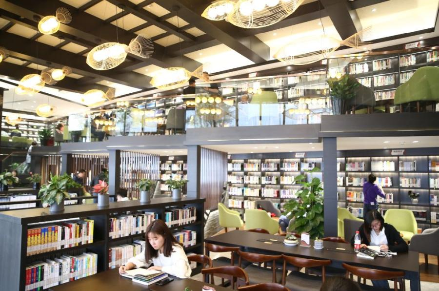 Residents of Tongxiang enjoy reading at its first self-served Bohong Library by the Fenghuang Lake.  (Photo/China Daily)