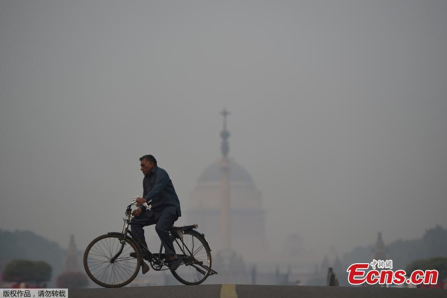 A man cycles near the Indian President\'s house amid heavy smog in New Delhi on November 8, 2018. Air pollution in New Delhi hit hazardous levels on November 8 after a night of free-for-all Diwali fireworks, despite Supreme Court efforts to curb partying that fuels the Indian capital\'s toxic smog problem. (Photo/Agencies)