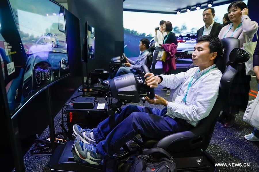 Visitors experiece the driving simulator at the booth of Hyundai during the first China International Import Expo (CIIE) in Shanghai, east China, Nov. 7, 2018. (Xinhua/Shen Bohan)