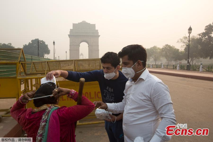 Air pollution in New Delhi hit hazardous levels on November 8 after a night of free-for-all Diwali fireworks, despite Supreme Court efforts to curb partying that fuels the Indian capital\'s toxic smog problem.  (Photo/Agencies)