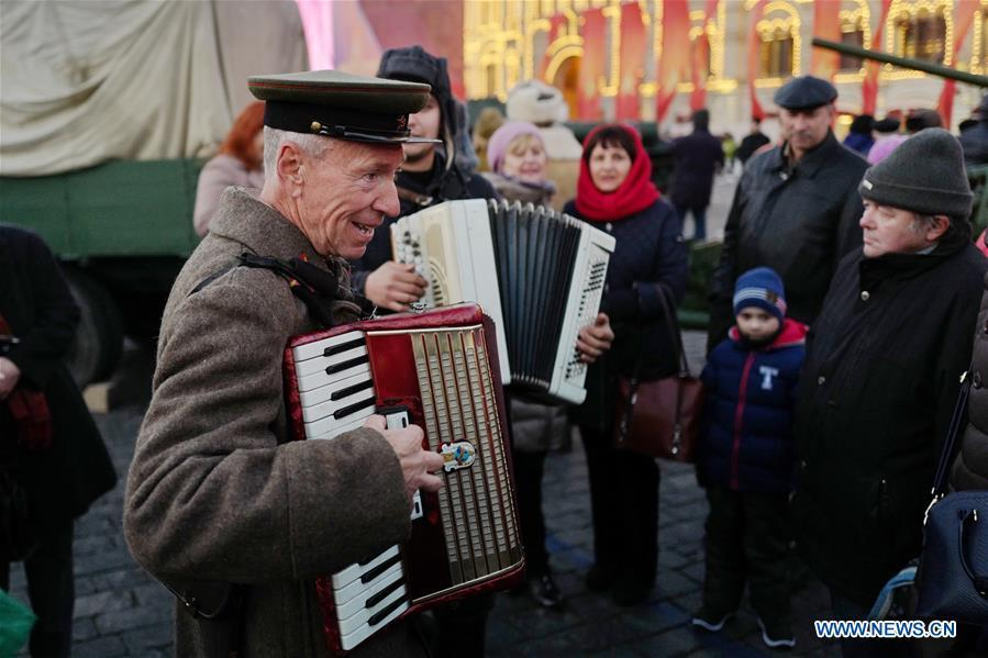 An actor sings songs to mark the 101st anniversary of Russia\'s 1917 October Revolution, in Moscow, Russia, Nov. 7, 2018. (Xinhua/Bai Xueqi)