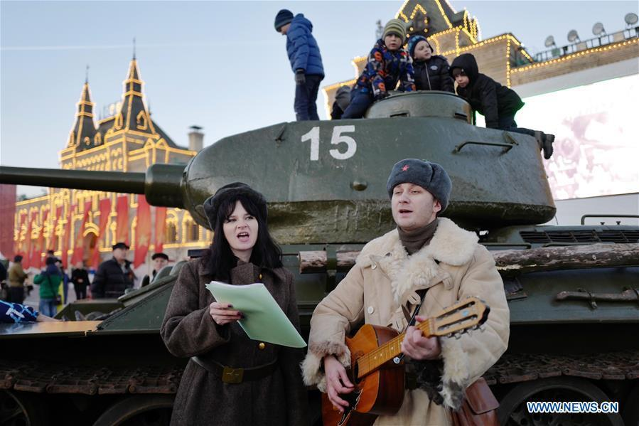 Actors sing songs to mark the 101st anniversary of Russia\'s 1917 October Revolution, in Moscow, Russia, Nov. 7, 2018. (Xinhua/Bai Xueqi)