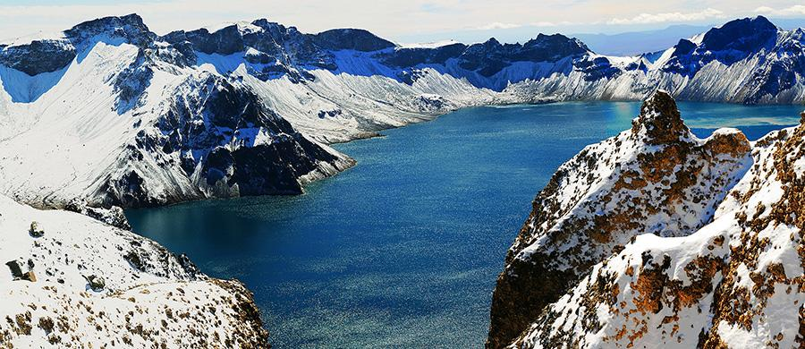 Would you like to see magnificent views of Changbai Mountain in the winter? The amazing snow-covered Heavenly Lake and hot spring will provide you a unique experience if you travel there. (Photo provided to chinadaily.com.cn)