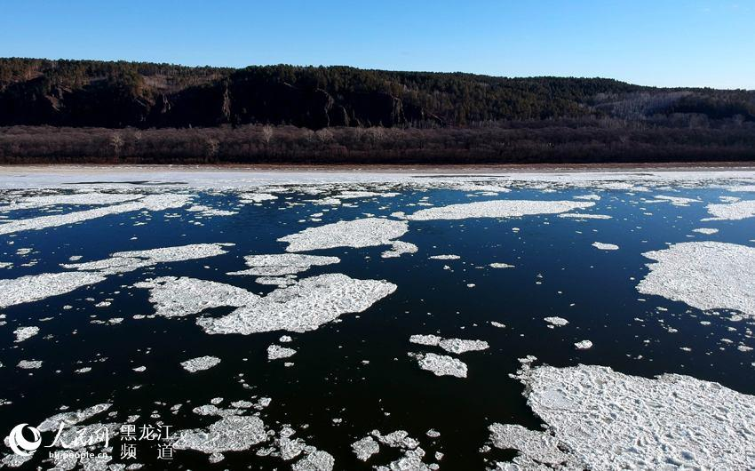 As the weather is getting colder in recent days, the Heilongjiang River, which serves as the border between the Russian Far East and northeastern China, is about to freeze.
