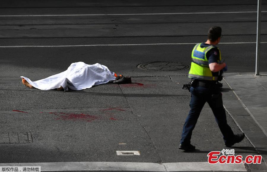 A policeman walks near a body covered with a sheet near the Bourke Street mall in central Melbourne, Australia, November 9, 2018. A man has been shot by police after setting a car on fire and allegedly stabbing a number of people in Melbourne\'s Bourke St. (Photo/Agencies)