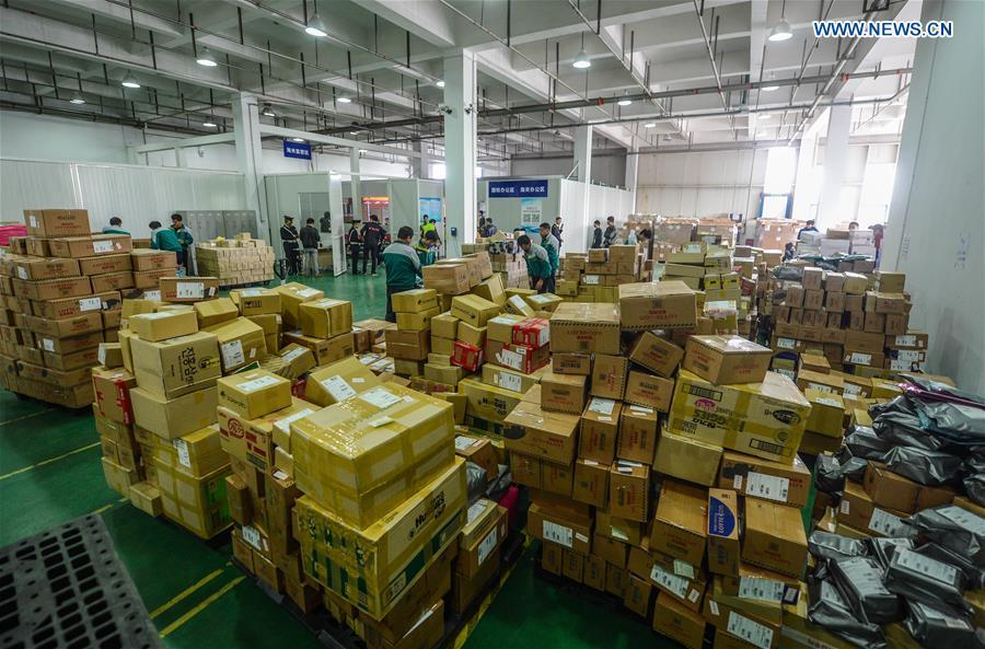 File photo taken on Nov. 10, 2015 shows workers sorting out imported goods at the Hangzhou Cross-Border E-Commerce Industrial Park in Hangzhou, capital of east China\'s Zhejiang Province. (Xinhua/Xu Yu)