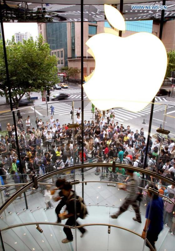 People enter an Apple store in Shanghai, east China, Sept. 25, 2010. (Xinhua/Fan Jun)