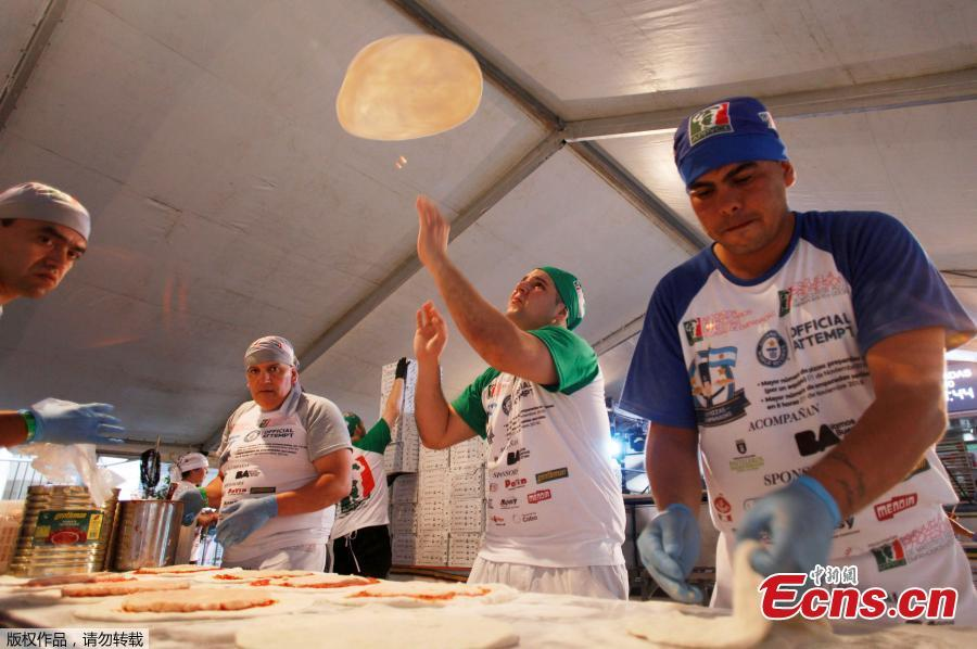 Argentine chefs cook up thousands of pizzas in an attempt to enter the Guinness World Records of the Largest number of pizzas prepared in 12 hours by a team, in Buenos Aires, Argentina November 11, 2018. (Photo/Agencies)