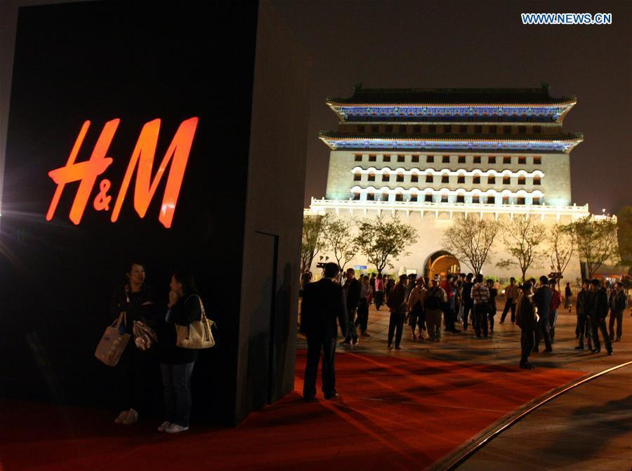 File photo taken on April 22, 2009 shows the giant signboard of Sweden\'s chic fashion chain store H&M on Qianmen Street in Beijing, capital of China. (Xinhua/He Jinwen)