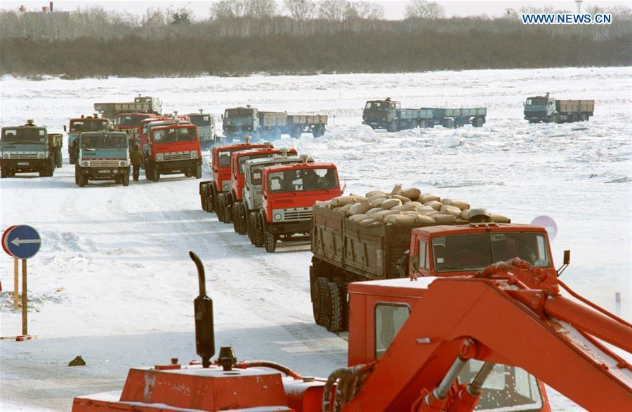 File photo shows machines and materials being carried to China from Russia across the frozen Songhua River in northeast China. (Xinhua/Zheng Zhensun)