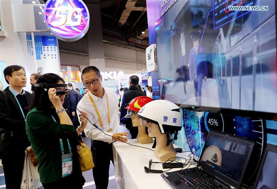 A visitor experiences an AR security device based on Nokia\'s 5G technology at the First China International Import Expo in Shanghai, east China, Nov. 5, 2018. (Xinhua/Fang Zhe)