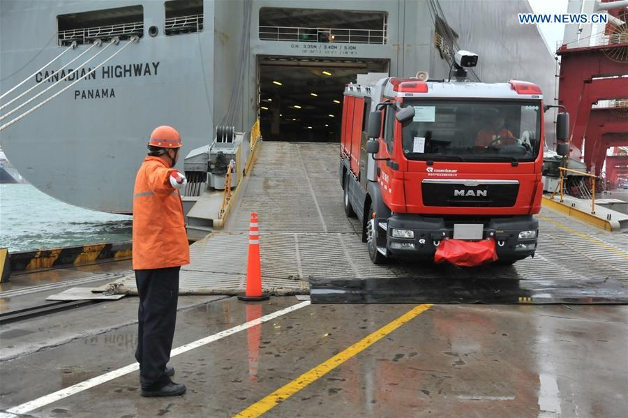 An imported fire engine drives out of the ship at the seaport of Qingdao, east China\'s Shandong Province, Nov. 22, 2015. (Xinhua/Zhang Jin\'gang)