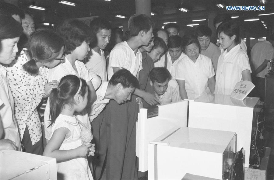Customers select refrigerators imported from Japan at the Xidan Shopping Mall in Beijing, capital of China, in the summer of 1980. (Xinhua/Lu Yanyuan)