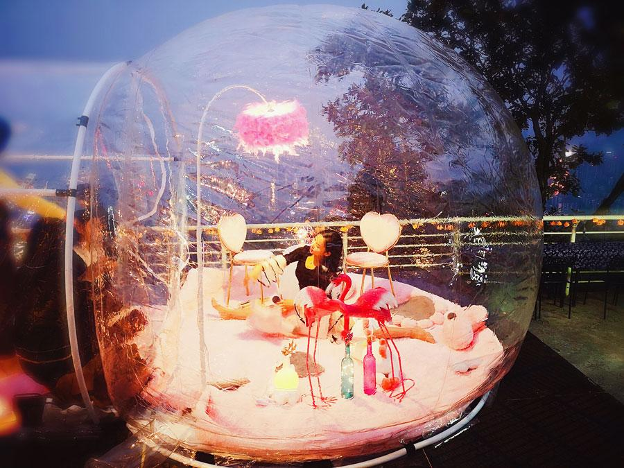 A visitor takes pictures inside the star bubble house at Chongqing Night View Park on Nov. 10, 2018. (Photo provided to chinadaily.com.cn)