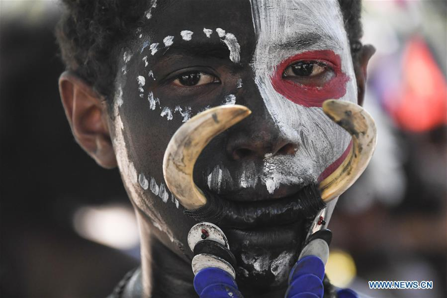 Photo taken on Nov. 12, 2018 shows a student performing local traditional dance in Port Moresby, Papua New Guinea. Leaders from the Asia-Pacific economies are gathering in Port Moresby, the capital of Papua New Guinea for the Asia-Pacific Economic Cooperation (APEC) Leaders\' Week on Nov. 12-18. (Xinhua/Lui Siu Wai)
