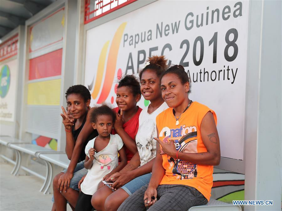 People pose for photo while waiting for bus in Port Moresby, Papua New Guinea, on Nov. 11, 2018. Leaders from the Asia-Pacific economies are gathering in Port Moresby, the capital of Papua New Guinea for the Asia-Pacific Economic Cooperation (APEC) Leaders\' Week on Nov. 12-18. (Xinhua/Bai Xuefei)