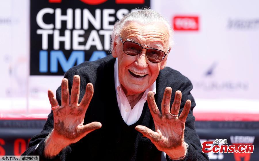 File photo: Marvel Comics co-creator Stan Lee shows his hands after placing them in cement during a ceremony in the forecourt of the TCL Chinese theatre in Los Angeles, California, U.S., July 18, 2017.  (Photo/Agencies)