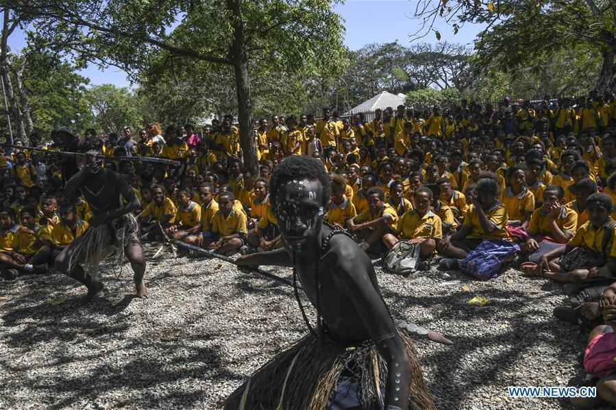 Students watch local traditional dance performance in Port Moresby, Papua New Guinea, on Nov. 12, 2018. Leaders from the Asia-Pacific economies are gathering in Port Moresby, the capital of Papua New Guinea for the Asia-Pacific Economic Cooperation (APEC) Leaders\' Week on Nov. 12-18. (Xinhua/Lui Siu Wai)
