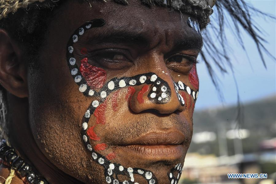 Photo taken on Nov. 12, 2018 shows a performer of local traditional dance in Port Moresby, Papua New Guinea. Leaders from the Asia-Pacific economies are gathering in Port Moresby, the capital of Papua New Guinea for the Asia-Pacific Economic Cooperation (APEC) Leaders\' Week on Nov. 12-18. (Xinhua/Lui Siu Wai)