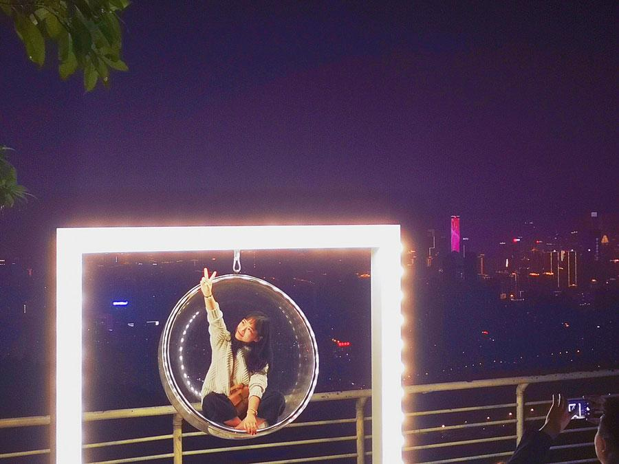 A visitor takes a picture at Chongqing Night View Park.  (Photo provided to chinadaily.com.cn)