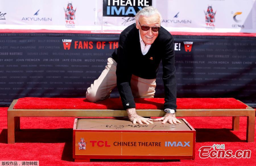 File photo: Marvel Comics co-creator Stan Lee places his handprints in cement during a ceremony in the forecourt of the TCL Chinese theatre in Los Angeles, California, U.S., July 18, 2017.   (Photo/Agencies)