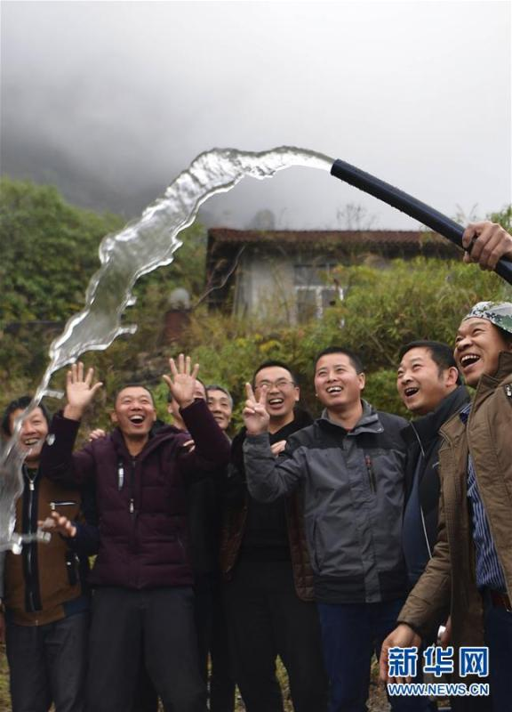 Villagers in Tianfengping village, Enshi city, Central China\'s Hubei Province, cheer with joy as spring water from the Tianbao cave is piped into the village, Nov. 13, 2018. (Photo/Xinhua)