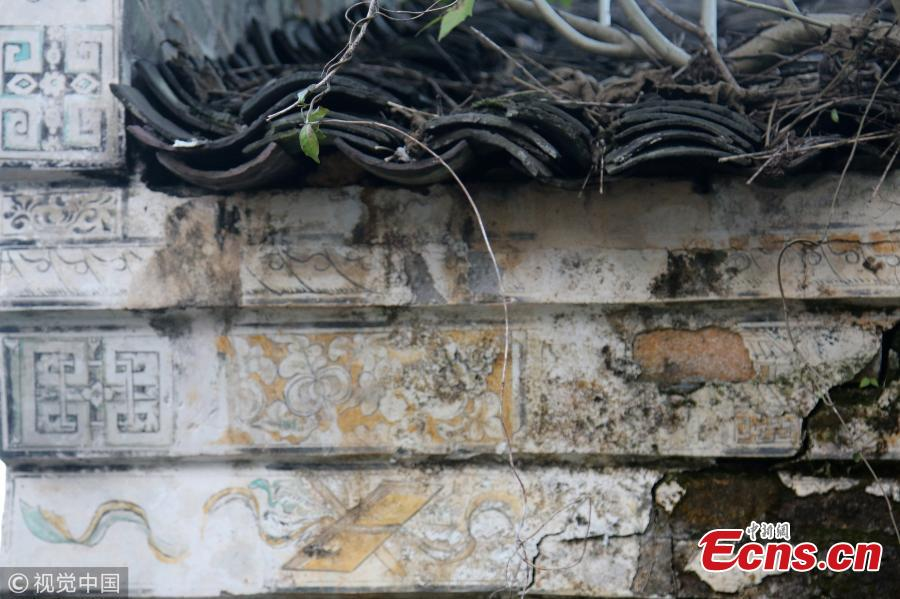 Ancient Chinese poetry and paintings are seen marked on wall of an old residential building in a village in East China\'s Jiangxi province. The building was constructed during the reign of Emperor Guangxu (1875-1908).  Colors of characters and patterns on the wall of the 140-year-old building are still vibrant.  (Photo/VCG)