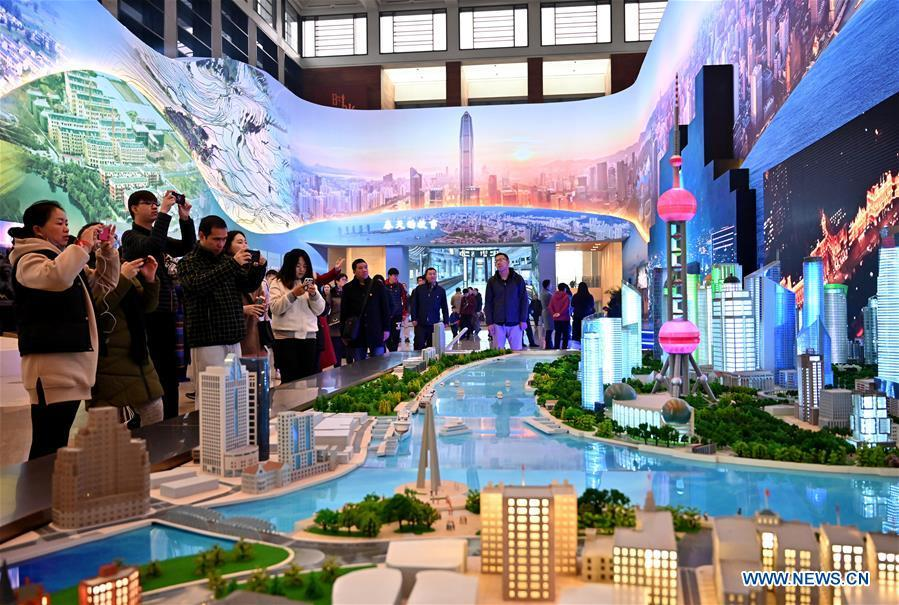 Visitors view the sand table of Shanghai\'s Lujiazui area during a major exhibition to commemorate the 40th anniversary of China\'s reform and opening-up at the National Museum of China in Beijing, capital of China, Nov. 14, 2018. (Xinhua/Li Xin)