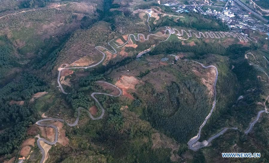 Aerial photo taken on Nov. 14, 2018 shows a winding road on a mountain in Yiliang County of Kunming, southwest China\'s Yunnan Province. The famous winding road has 68 bends in a length of 6.3 kilometers.(Xinhua/Yang Muyuan)