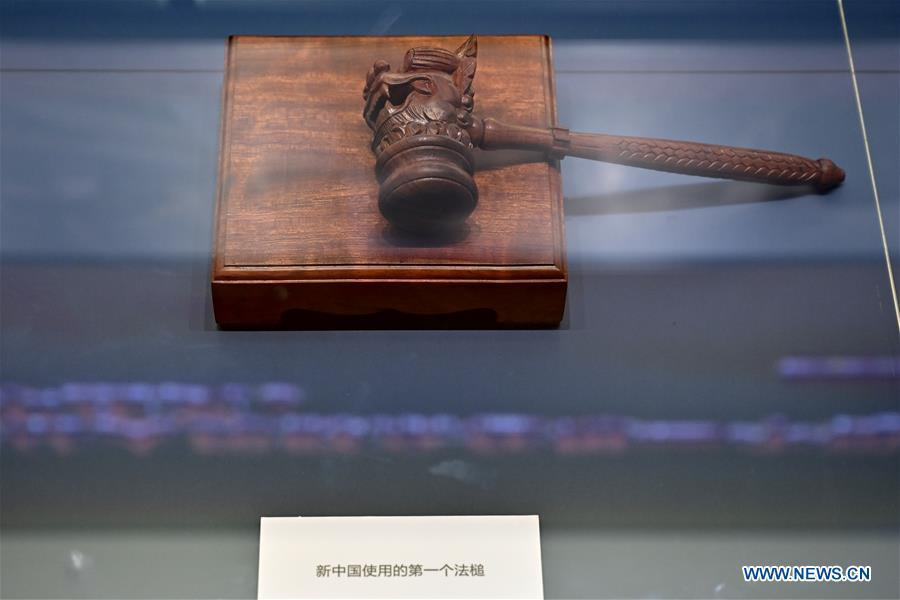 A major exhibition to commemorate the 40th anniversary of China\'s reform and opening-up shows the very first gavel used by the Chinese court since the founding of the People\'s Republic of China at the National Museum of China in Beijing, capital of China, Nov. 15, 2018. Vintage objects are displayed at the exhibition which opened here on Tuesday to show visitors the history, accomplishments, and experience of China\'s reform and opening-up. (Xinhua/Li Xin)