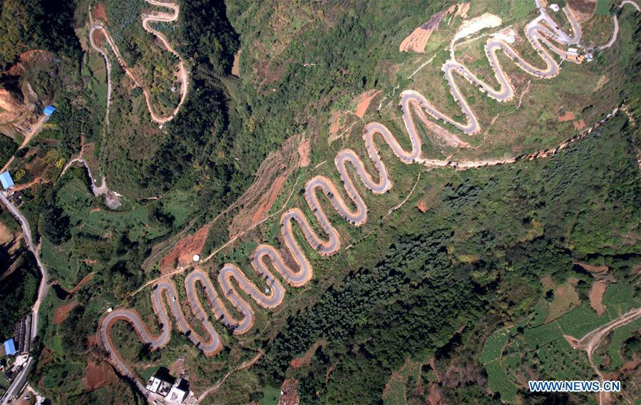 Aerial photo taken on Nov. 14, 2018 shows a winding road on a mountain in Yiliang County of Kunming, southwest China\'s Yunnan Province. The famous winding road has 68 bends in a length of 6.3 kilometers.(Xinhua/Lin Yiguang)
