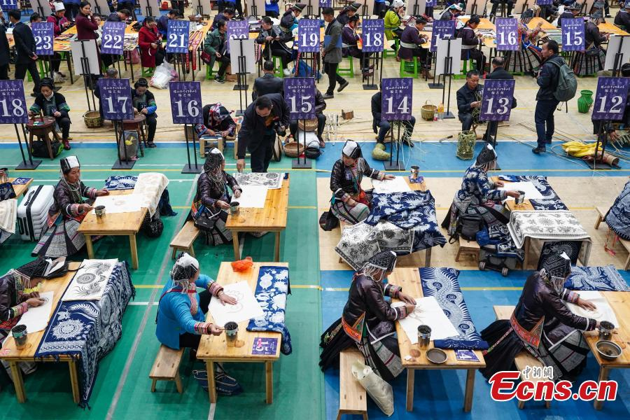 A competitor presents spinning skills during a manual skills competition held in Rongjiang County of Qiandongnan Miao and Dong Autonomous Prefecture, southwest China\'s Guizhou Province, on Nov. 15, 2018. A number of artisans from the county participated in the competition in aspects of spinning, weaving, wax printing, embroidery and so on.(Photo: China News Service/ He Junyi)