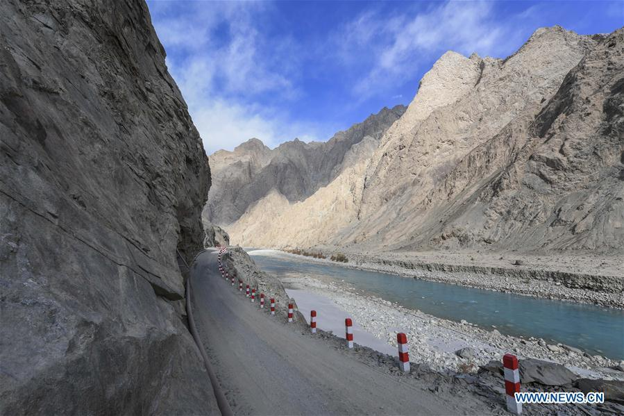 Photo taken on Nov. 15, 2018 shows a road in Datong Township of Taxkorgan Tajik Autonomous County, northwest China\'s Xinjiang Uygur Autonomous Region. The infrastructure construction here has improved the traffic condition of the once isolated township. (Xinhua/Hu Huhu)
