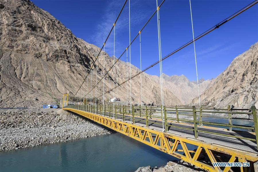 Photo taken on Nov. 11, 2018 shows a steel bridge in Datong Township of Taxkorgan Tajik Autonomous County, northwest China\'s Xinjiang Uygur Autonomous Region. The infrastructure construction here has improved the traffic condition of the once isolated township.(Xinhua/Hu Huhu)